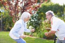 Feliz casal sênior dançando no parque — Fotografia de Stock