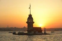 Туреччина, Стамбул, дівочої вежі на захід сонця над водою — стокове фото