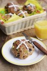 Горячие булочки крест на плите с ножом — стоковое фото