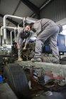 Dois mecânicos a diesel a trabalhar — Fotografia de Stock