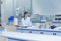 Молодая учёная-натуралист, работающая в лаборатории микробиологии — стоковое фото