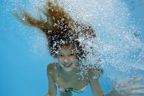 Menina debaixo d'água em um jato de bolhas — Fotografia de Stock