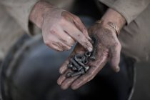 Afrique du Sud, artisan tenant des vis — Photo de stock