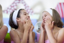 Two girls on a beauty farm pampering themselves — Stock Photo