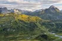 Austria, Vorarlberg, Lechtal, paisaje alpino durante el día - foto de stock