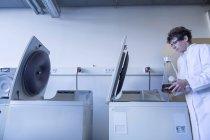 Женщина-техник, работающая в биохимической лаборатории — стоковое фото