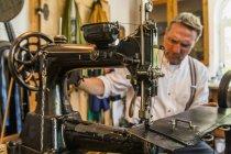 Saddler costura abóbada cinto na máquina de costura de couro — Fotografia de Stock