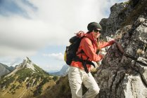 Woman hiking on rock — Stock Photo