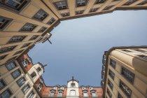 Vista estrema del cortile con facciate neo-barocche, Lipsia, Sassonia, Germania — Foto stock