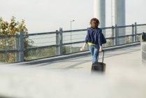 Donna con bagaglio a piedi nel garage — Foto stock