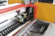 Индукционное закаливание в цехе закалки — стоковое фото