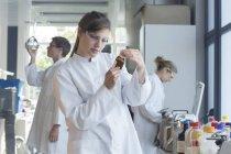 Drei Chemiker arbeiten im chemischen Labor — Stockfoto