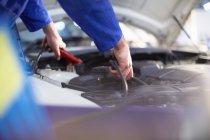 Автомеханик при работе в ремонт гаража — стоковое фото