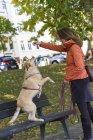 Frau spielt mit ihrem Hund — Stockfoto