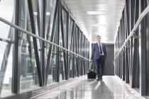 Uomo d'affari sul ponte di jet all'aeroporto — Foto stock