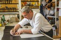 Sellaio taglio pezzo di cuoio con stencil — Foto stock