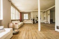 Amplio living comedor con piso de madera - foto de stock