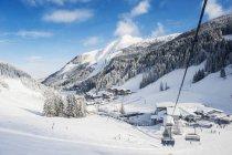 Austria, Salzburg State, Altenmarkt-Zauchensee, chair lift in alpine landscape — Stock Photo