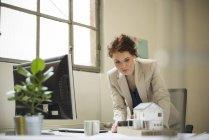 Femme regardant modèle architectural — Photo de stock