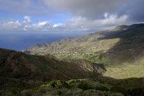 Vista de La Gomera, Vallehermoso, Espanha, Ilhas Canárias, para Alojera de montanhas acima — Fotografia de Stock