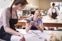 Couple dans un atelier de fabrication de vitraux — Photo de stock