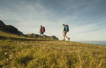 Austria, Tirol, Tannheimer Tal, pareja joven senderismo - foto de stock