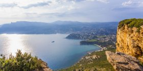 Francia, Provenza-Alpi-Costa Azzurra, Bouches-du-Rhone, Costa mediterranea, Veduta su Cassis, Corniche des Cretes — Foto stock