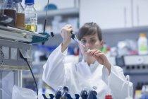 Jeune femme naturaliste travaillant au laboratoire biologique — Photo de stock