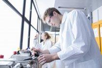 Jeunes chimistes travaillant dans un laboratoire de chimie — Photo de stock