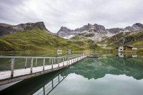 Австрия, Карлберг, Альпы Леваль, озеро Цюрсерзее, деревянная карета — стоковое фото