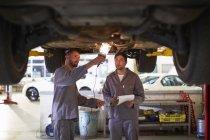 Zwei Automechaniker bei der Arbeit in der Werkstatt — Stockfoto