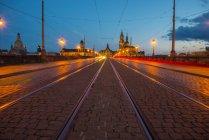 Allemagne, Saxe, Dresde, Pont Auguste et Cathédrale de Dresde illuminés le soir — Photo de stock
