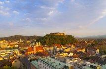 Slovenia, Lubiana, Ljubljana Centro, Castello di Ljubljana e Chiesa francescana dell'Annunciazione nella luce della sera — Foto stock