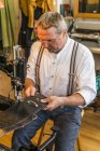 Cintura di volteggio sellaio cucito a macchina per cucire in pelle — Foto stock