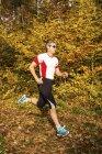 Homem correndo na floresta outonal — Fotografia de Stock