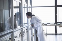 Cientista do sexo feminino trabalhando em um laboratório de bioquímica — Fotografia de Stock