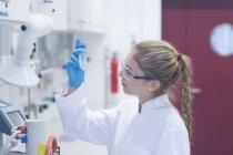 Jeune femme scientifique travaillant dans un laboratoire de recherche en pharmacie — Photo de stock