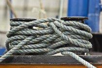 Cuerda de buque atada a pilonas en zona de amarre - foto de stock