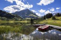 Lac de montagne de Koerbersee Autriche, Vorarlberg, pendant la journée — Photo de stock