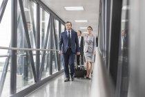 Businesspeople sul ponte di jet all'aeroporto — Foto stock