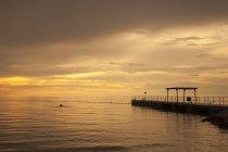Slovénie, Istrie, Littoral slovène, Côte Adriatique, Izola, jetée au coucher du soleil — Photo de stock