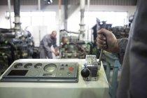 Ansicht der Arbeitnehmer bei der Maschinen im Werk abgeschnitten — Stockfoto