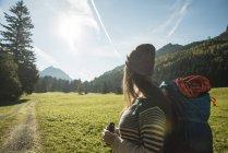 Австрія, Тіроль, Tannheimer-Таль, молода жінка мандрівного з Бінокулярний і рюкзак, спостерігаючи краєвид — стокове фото