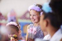 Meninas em diademas em uma festa de aniversário — Fotografia de Stock