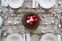 Накритий стіл служив з Новорічне прикраса — стокове фото
