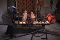 Расплавленная бронза, выливают в снарядов для литья — стоковое фото