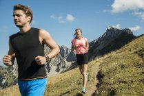Austria, giovane coppia Alto Adige, Valle di Tannheim, fare jogging nelle montagne — Foto stock