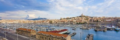 France, Provence-Alpes-Cote d'Azur, Bouches-du-Rhone, Marseille, Port Vieux, View to harbour and old town, Panorama — Foto stock