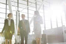 Businessman and two businesswomen at the airport — Stock Photo