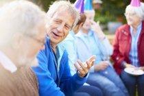 Amis hauts sur une fête d'anniversaire jardin — Photo de stock